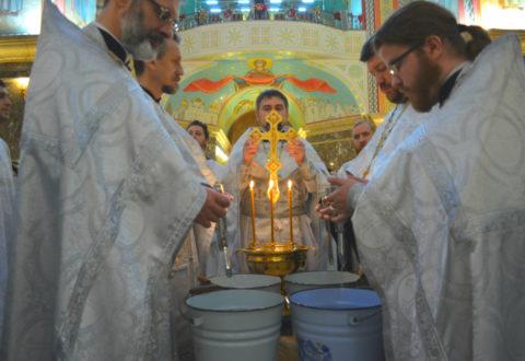 В Крещенский сочельник клирики собора совершили Божественную литургию