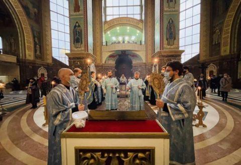 Архиепископ Серафим совершил утреню с чтением акафиста Пресвятой Богородице