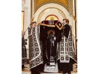 В Страстную пятницу архиепископ Серафим совершил вечерню с выносом плащаницы и утреню Великой субботы